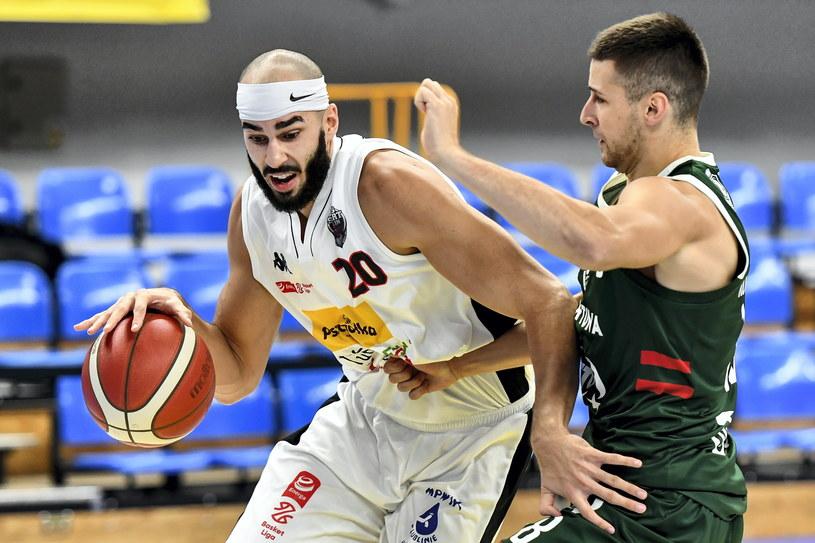 Koszykarz drużyny Pszczółka Start Lublin Joshua Sharma (z lewej) /Wojtek Jargiło /PAP