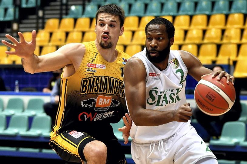 Koszykarz drużyny Śląsk Wrocław Kyle Gibson (z prawej) i Josip Sobin z zespołu Arged BMSlam Stal Ostrów Wlkp. / Maciej Kulczyński    /PAP
