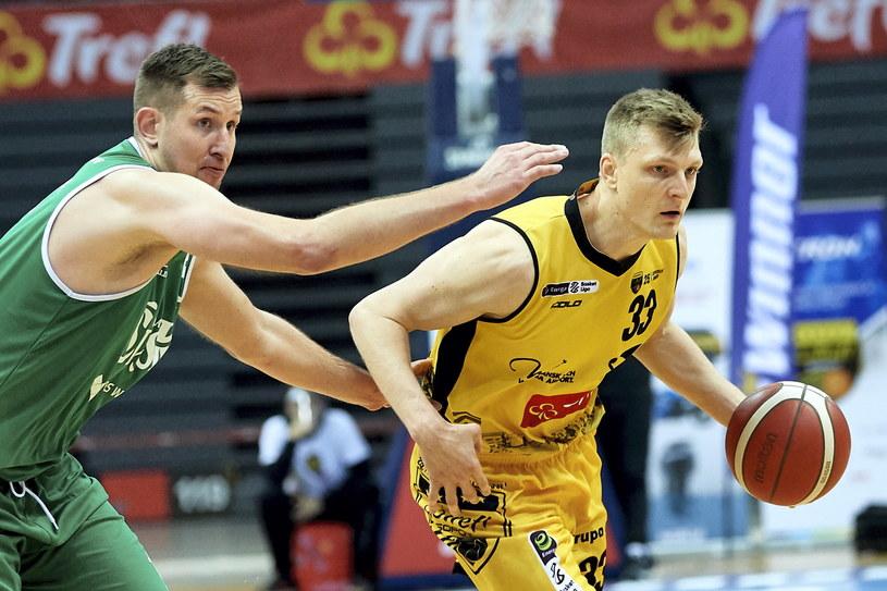 Koszykarz drużyny Trefl Sopot Karol Gruszecki (P) i Michał Gabiński (L) z zespołu Śląsk Wrocław /Adam Warżawa /PAP