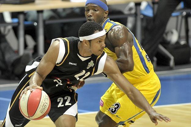 Koszykarz PGE Turów Zgorzelec David Jackson mija Courtney'a Eldridge'a z Asseco /INTERIA.PL/PAP