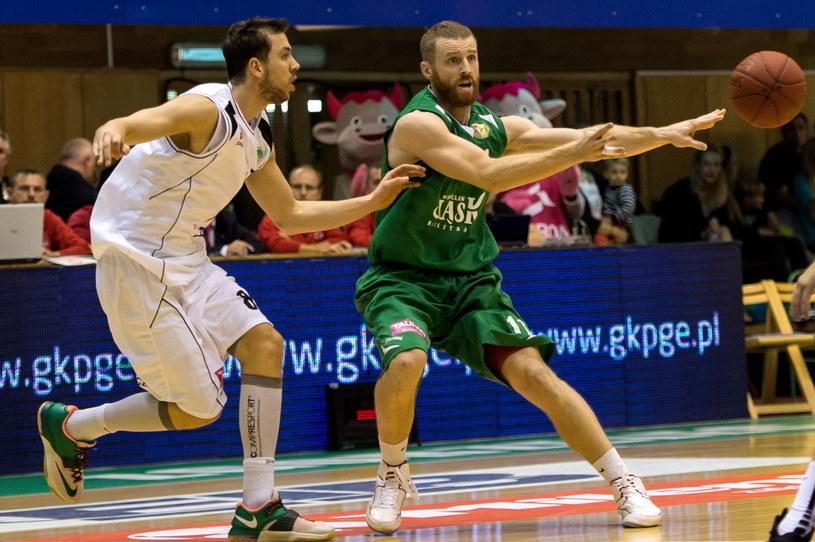 Koszykarz PGE Turów Zgorzelec Michał Chyliński (z lewej) walczy o piłkę z Jakubem Dłoniakiem /Maciej Kulczyński /PAP