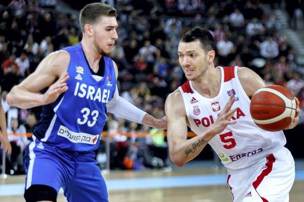 Koszykarz reprezentacji Polski Aaron Cel i reprezentant Izraela T.J. Cline w meczu eliminacji EuroBasketu 2022, 20 lutego 2020 / Andrzej Grygiel    /PAP
