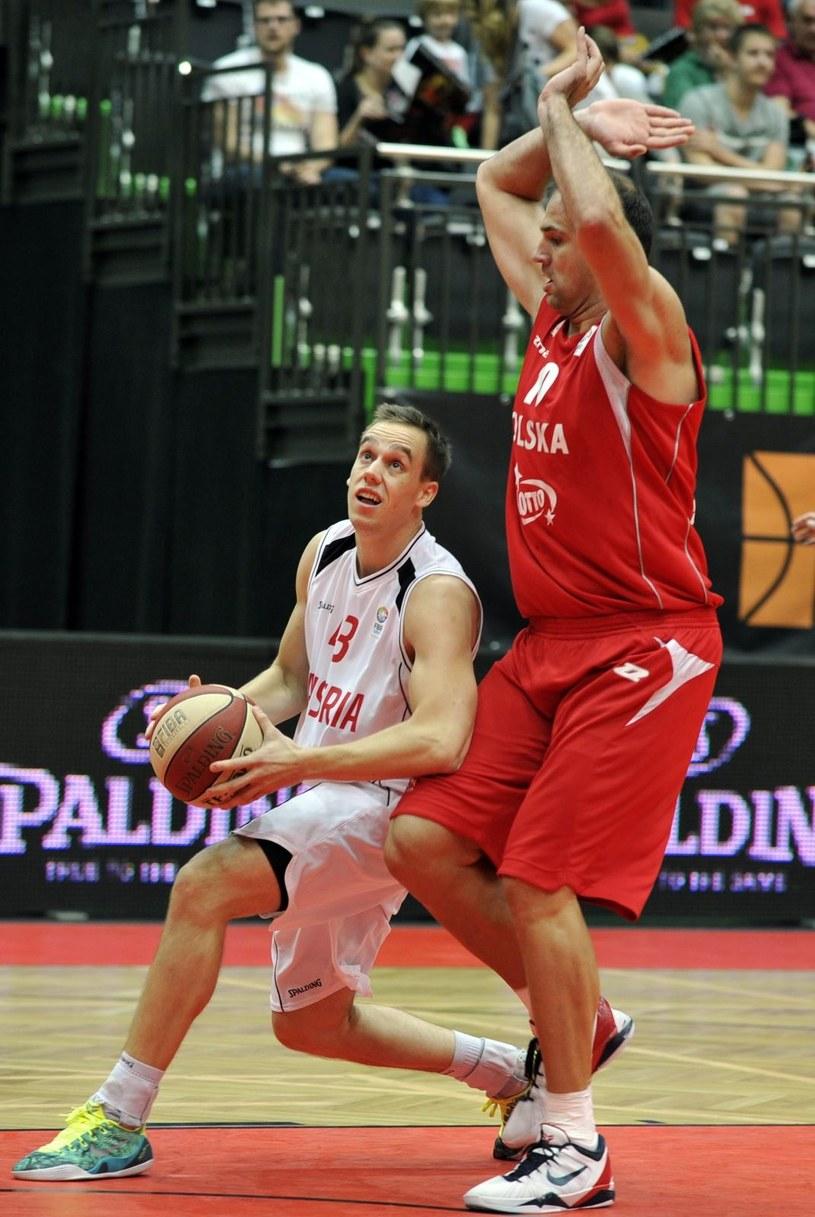 Koszykarz reprezentacji Polski Szymon Szewczyk (z prawej) /PAP/EPA