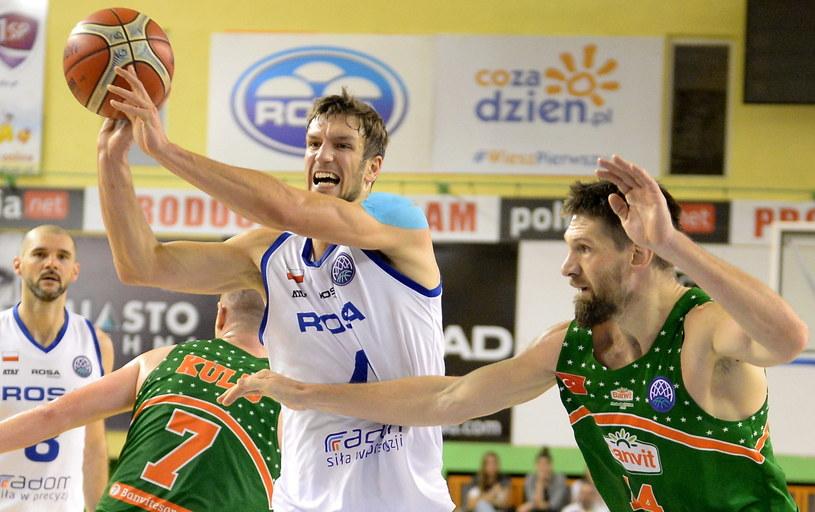 Koszykarz Rosy Radom Marcin Piechpowicz (C) i Gasper Vidmar (P) z Banvit Bandirmy /Piotr Polak /PAP