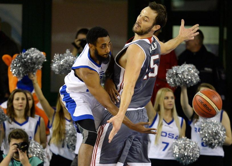 Koszykarz Rosy Radom Ryan Harrow (L) oraz Miro Bilan (P) z SIG Strasbourg /Piotr Polak /PAP