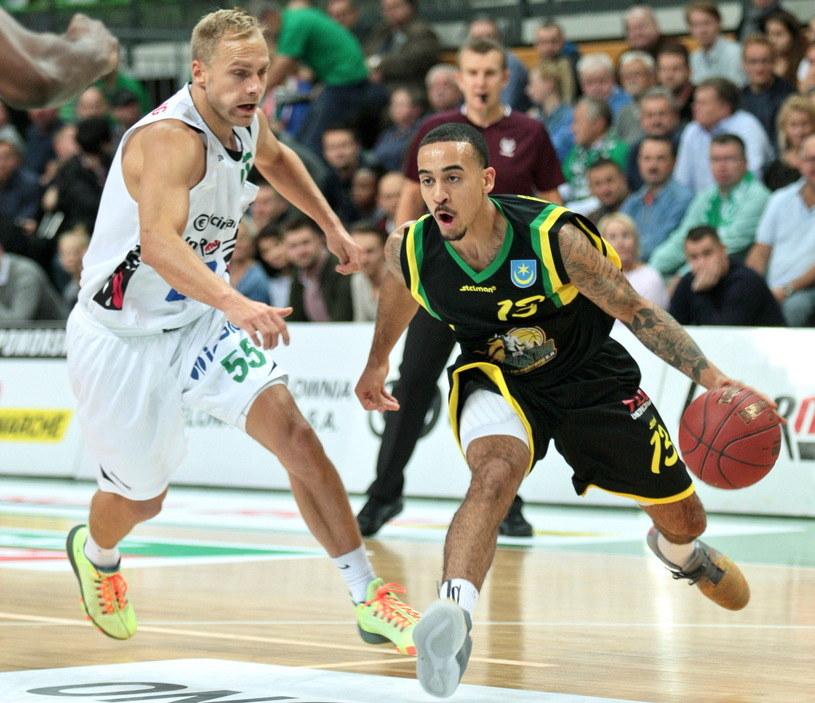 Koszykarz Stelmetu BC Zielona Góra Łukasz Koszarek (L) i Brandon Brown (P) z Siarki Tarnobrzeg /Lech Muszyński /PAP