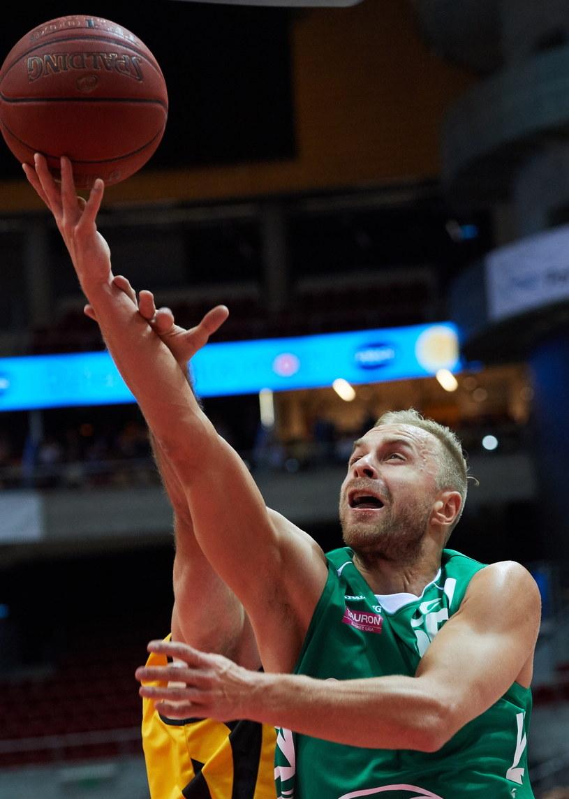 Koszykarz Stelmetu BC Zielona Góra Łukasz Koszarek w akcji na kosz Trefla Sopot /Adam Warżawa /PAP