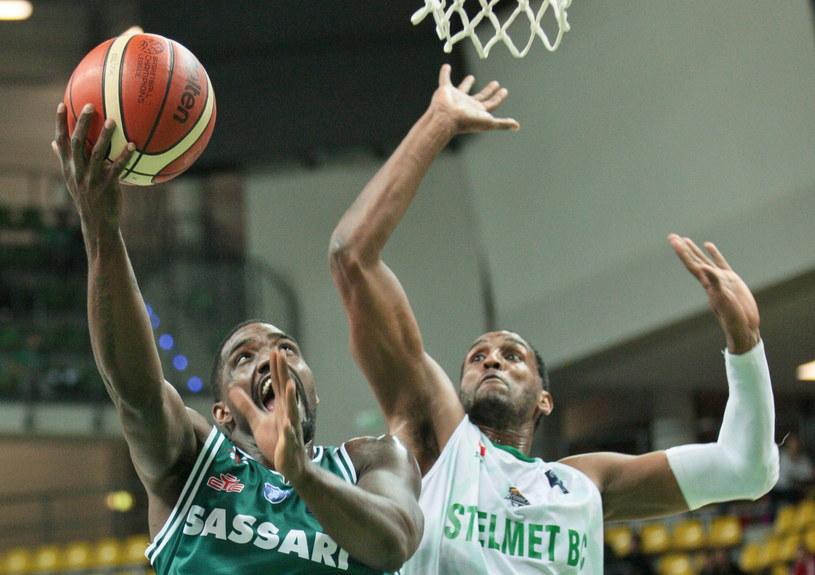 Koszykarz Stelmetu BC Zielona Góra Thomas Kelati (P) i Darius Johnson-Odom (L) z Dinamo Sassari /Lech Muszyński /PAP
