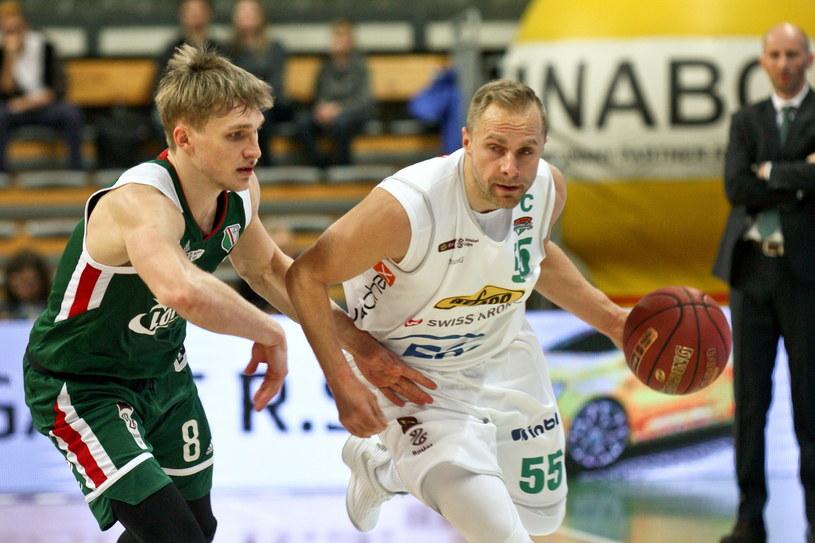 Koszykarz Stelmetu Enea BC Zielona Góra Łukasz Koszarek (z prawej) i Filip Matczak z Legii Warszawa /Lech Muszyński /PAP