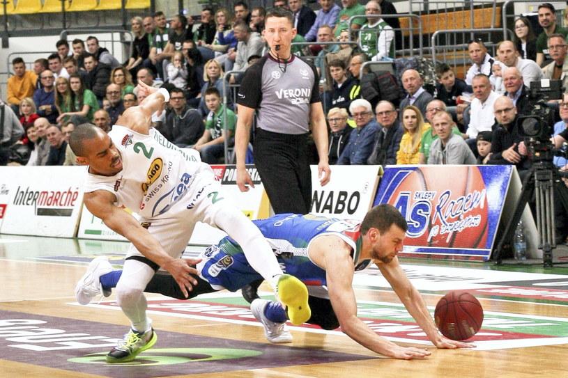 Koszykarz Stelmetu Enea BC Zielona Góra Markel Starks (z lewej) i Kamil Łączyński z Anwilu Włocławek /Lech Muszyński /PAP