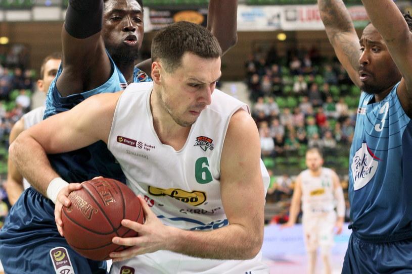Koszykarz Stelmetu Enei BC Zielona Góra Darko Planinić (C) oraz Cheikh Mbodj (L) i Rob Lowery (P) z Polskiego Cukru Toruń / Lech Muszyński    /PAP