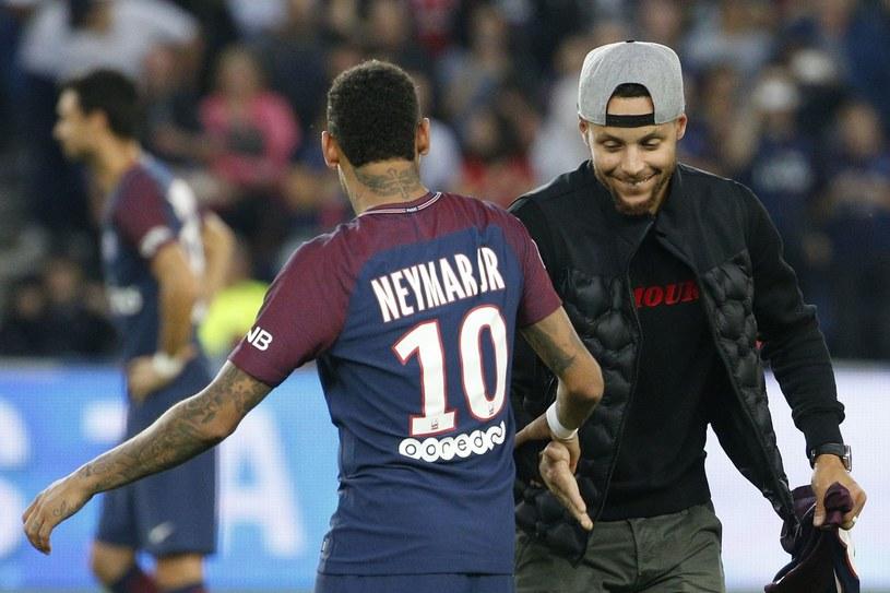 Koszykarz Stephen Curry (z prawej) wita się z Neymarem /AFP