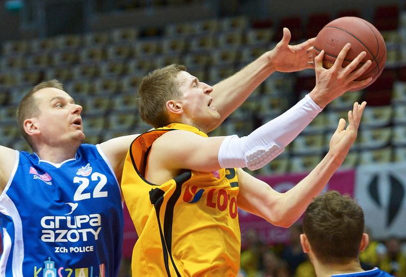 Koszykarz Trefla Sopot Adam Waczynski (P) blokowany przez Rafała Bigusa (L) z AZS Koszalin /Adam Warżawa /PAP
