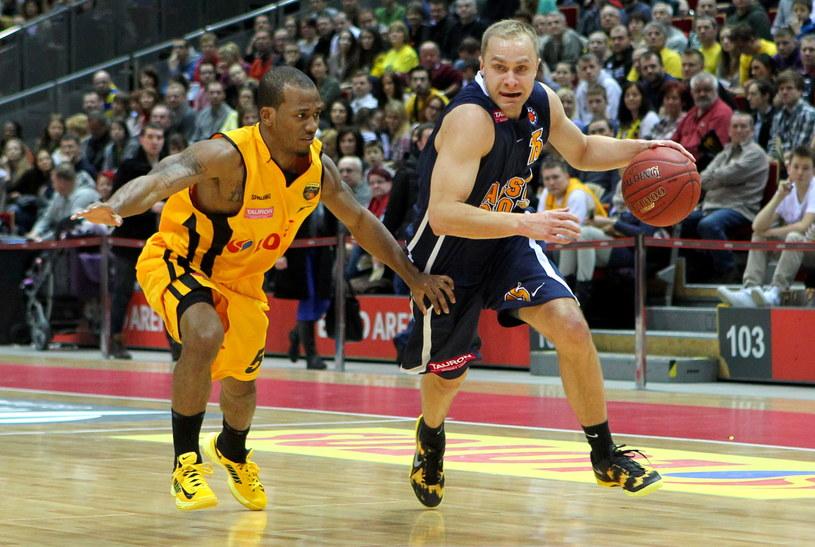 Koszykarz Trefla Sopot Frank Turner (L) blokuje Łukasza Koszarka (P) z Asseco Prokom Gdynia /Piotr Wittman /PAP
