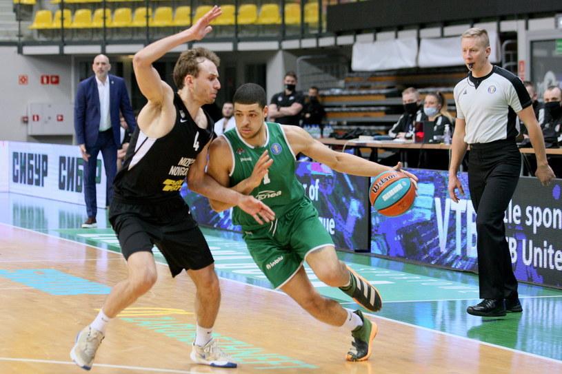 Koszykarz Zastalu Enei BC Zielona Góra Iffe Lundberg (z prawej) i Artiom Komołow z Niżnego Nowogrodu /Lech Muszyński /PAP