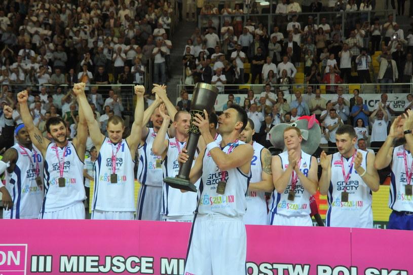 Koszykarze AZS Koszalin po raz pierwszy w historii zdobyli medal mistrzostw Polski /Fot. Marcin Bielecki /PAP