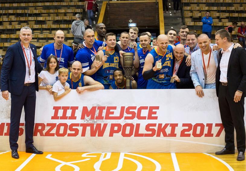 Koszykarze BM Slam Stali Ostrów Wlkp. cieszą się ze zwycięstwa po drugim meczu o trzecie miejsce Ekstraklasy z Energą Czarnymi Słupsk /Jan Dzban /PAP