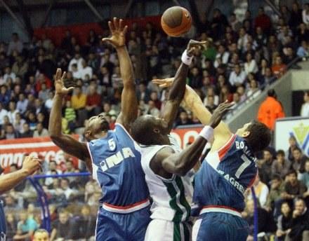 Koszykarze Cibony (niebieskie stroje) mieli problemy ze zdobywaniem punktów /AFP