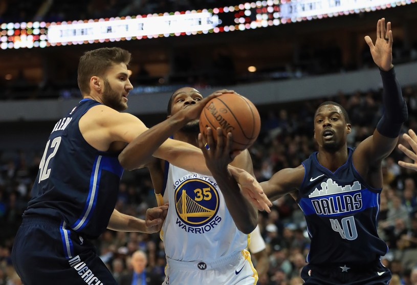 Koszykarze Dallas Mavericks (granatowe stroje) /AFP