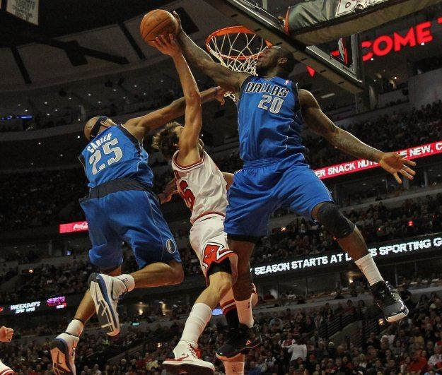 Koszykarze Dallas Mavericks (w niebieskich strojach) /INTERIA.PL/PAP