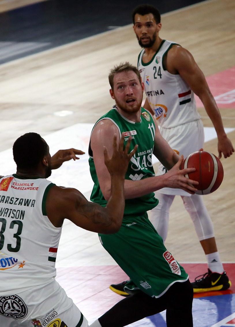 Koszykarze drużyny Legia Warszawa Earl Watson (z lewej) i Jamel Morris (z prawej) oraz Aleksander Dziewa (w środku) z zespołu Śląsk Wrocław /Tomasz Wojtasik /PAP