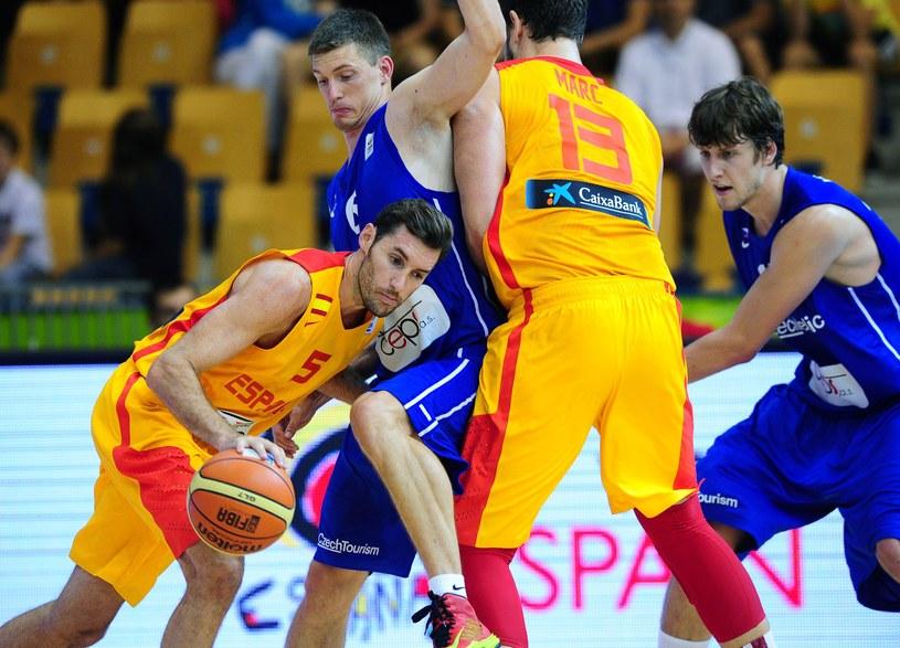 """Koszykarze Hiszpanii (w żółtych strojach) będą bardzo wymagającymi rywalami dla """"Biało-czerwonych"""" /AFP"""