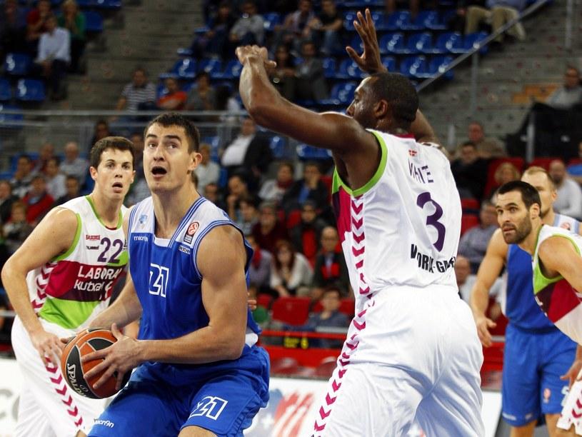 Koszykarze Laboral Kutxa Vitoria (na biało) pokonali Neptunas Kłajpeda /PAP/EPA