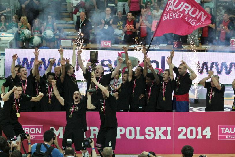 Koszykarze PGE Turów Zgorzelec po raz pierwszy w historii zostali mistrzami Polski /Fot. Lech Muszyński /PAP