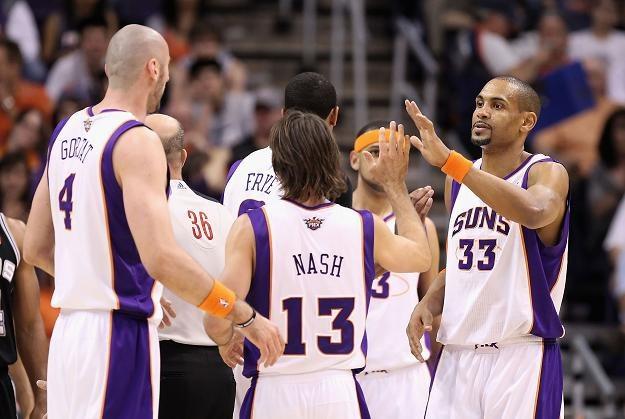 Koszykarze Phoenix Suns cieszą się ze zwycięstwa nad San Antonio. Pierwszy z lewej Marcin Gortat /AFP