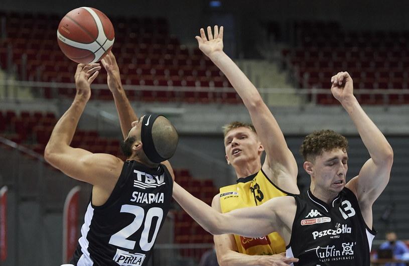 Koszykarze Pszczółki Startu Lublin (ciemne stroje) nie zagrają na razie ze Śląskiem Wrocław /Adam Warżawa /PAP