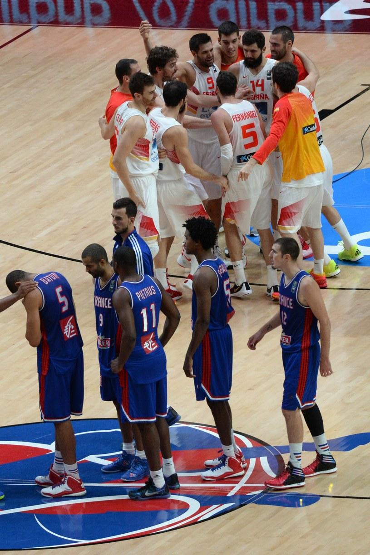 Koszykarze reprezentacji Hiszpanii (u góry) i Francji /AFP