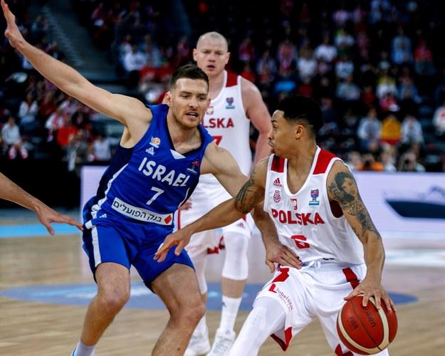 Koszykarze reprezentacji Polski Damian Kulig i A.J. Slaughter oraz reprezentant Izraela Gal Mekel w meczu eliminacji EuroBasketu 2022, 20 lutego 2020 / Andrzej Grygiel    /PAP