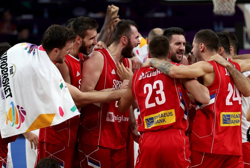 Koszykarze Serbii świętują /PAP/EPA