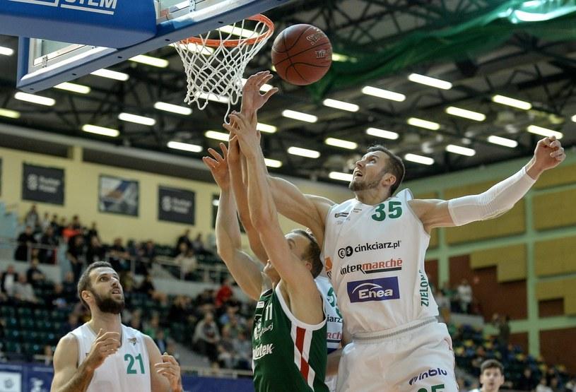 Koszykarze Stelmetu Enei BC Zielona Góra Nikola Markovic (L) i Przemysław Zamojski (P) oraz Łukasz Wilczek (C) z Legii / Marcin Obara  /PAP