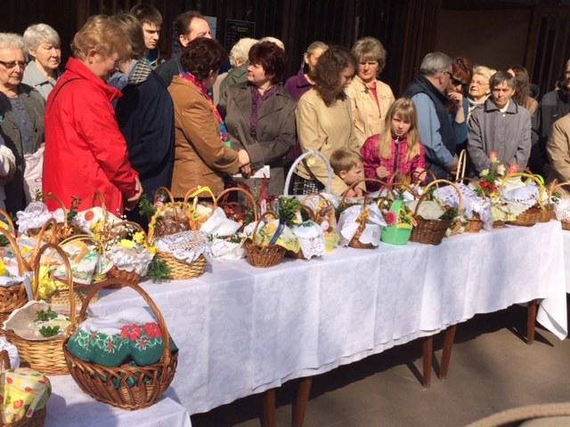 Koszyki przed kościołem w Chorzowie - Klimzowcu /Agnieszka Kropaczek /RMF FM