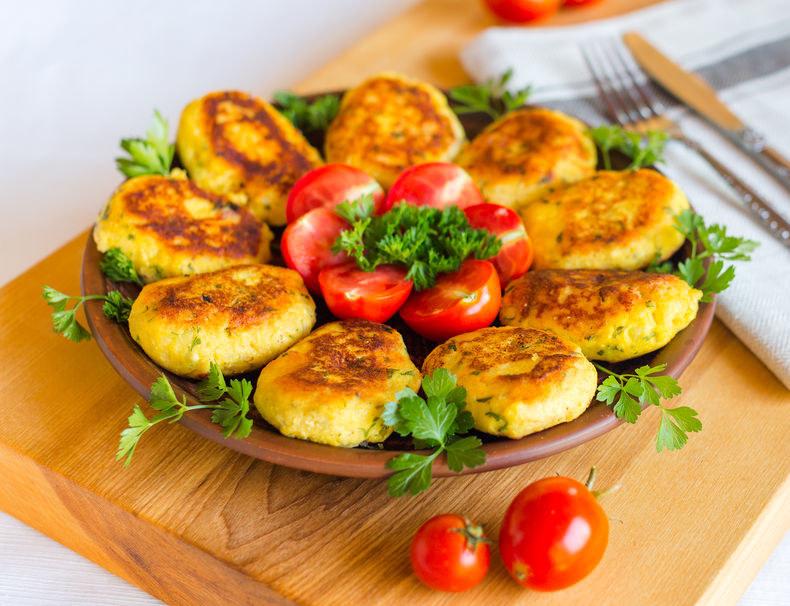 Kotlety z ziemniaków są delikatne i wyjątkowo smaczne /123RF/PICSEL