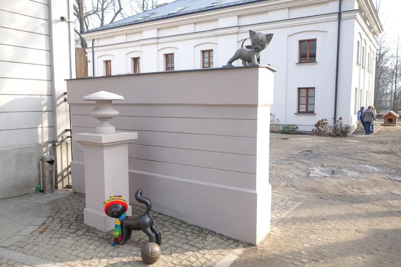 Koty Filemon i Bonifacy na pomniku przy wejściu do Muzeum Kinematografii /Piotr Kamionka /East News