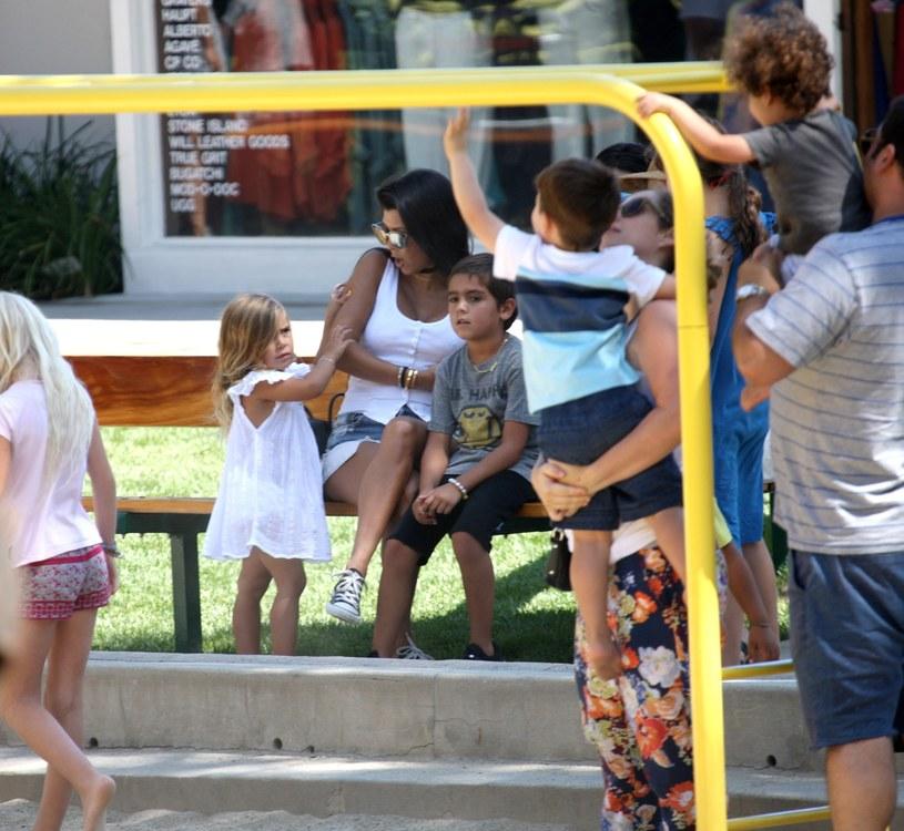 Kourtney Kardashian z dziećmi /East News