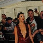 Kourtney Kardashian z rozcięciem do pępka