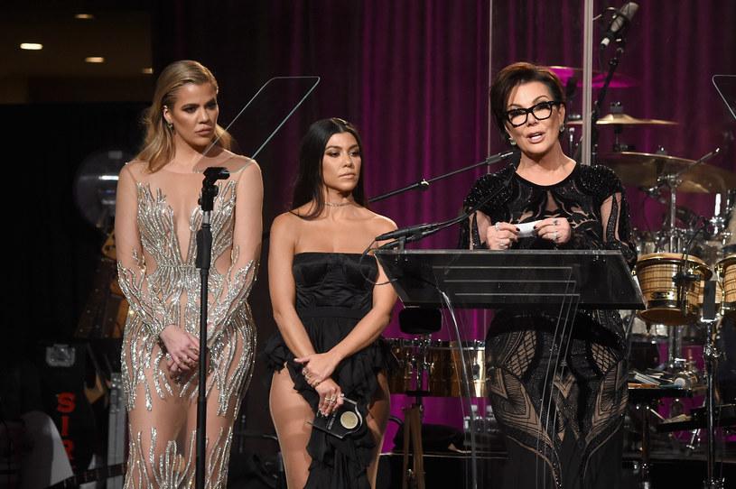 Kourtney Kardashian z siostrą i mamą /Jamie McCarthy /Getty Images