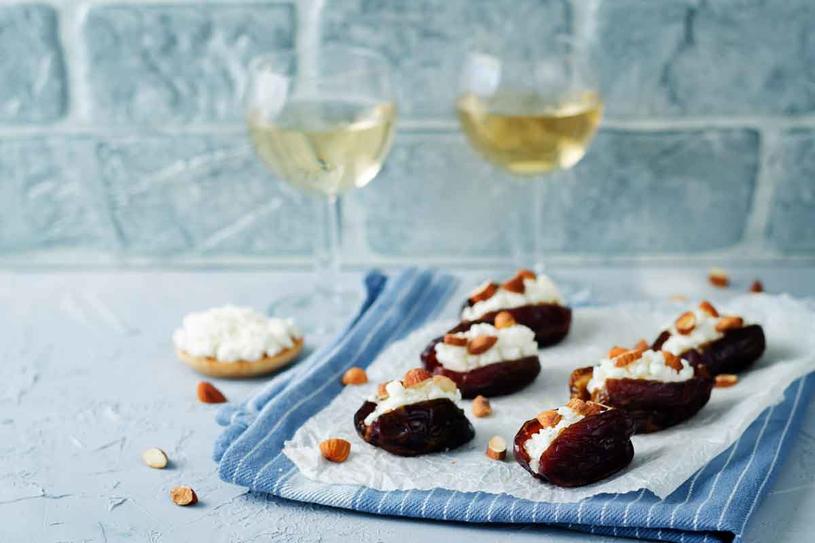 """Kozie sery i białe półwytrawne wino to dobrana para. Chociaż Francuzi twierdzą, że """"koza"""" lubi także młode wina czerwone. /123RF/PICSEL"""
