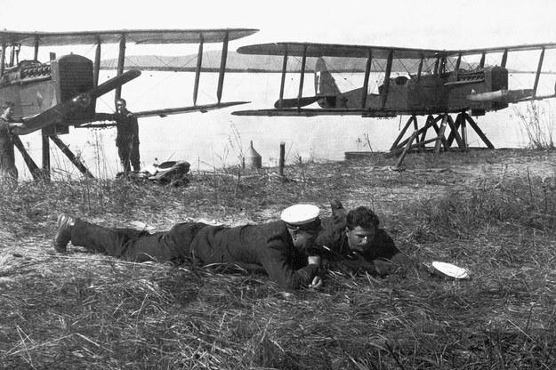 Kpt. Edward Lucht (leży po lewej) jako dowódca 68. Samodzielnej Eskadry Wodnopłatowców Rzecznych. W tle samoloty MR-1 /Archiwum Marynarki Wojennej FR /materiały prasowe