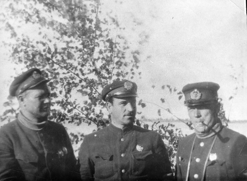 Kpt. Edward Lucht (po lewej) ze swoimi zastępcami w czasie Konfliktu o Kolej Wschodniochińską /Archiwum Marynarki Wojennej FR /materiały prasowe