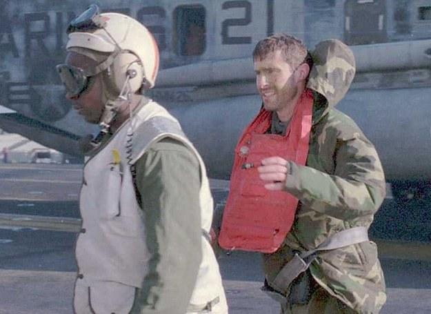 Kpt. Scott O'Grady tuż po wylądowaniu na pokładzie USS Keasarge /AFP