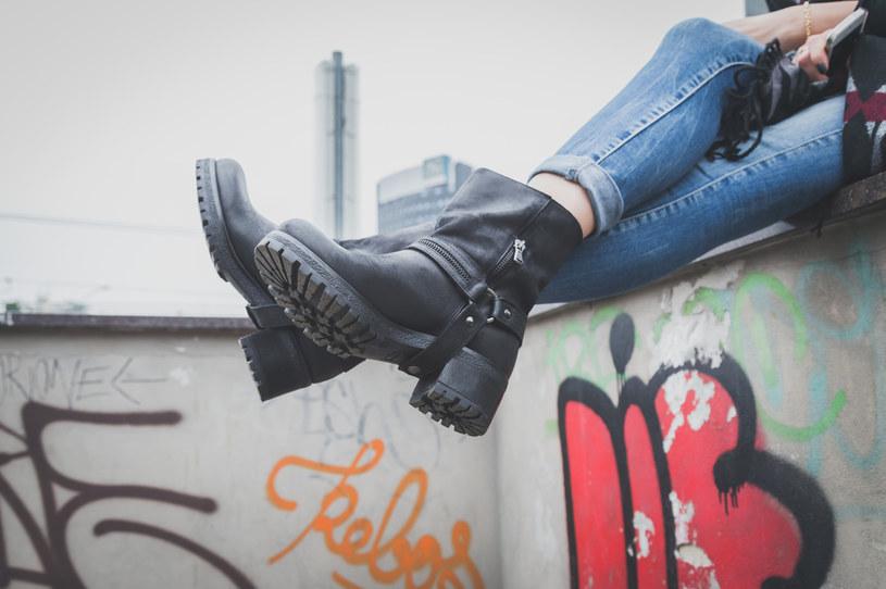 Kraciaste spódnice, kamizelki i sukienki, motocyklowe buty oraz wszechobecna sztuczna skóra to trendy, którymi świat mody będzie żył za kilka miesięcy /123RF/PICSEL