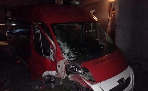 Kradzież samochodu straży pożarnej w Krakowie. 21-latek staranował bramę i szlaban