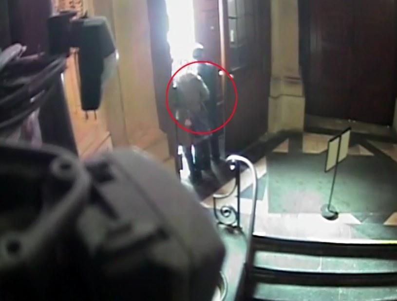 Kradzież została uchwycona przez kamery znajdujące się w bazylice /http://malopolska.policja.gov.pl /INTERIA.PL/Policja