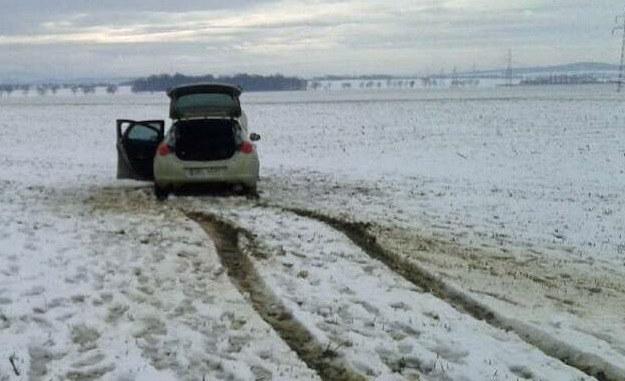 Kradziony Opel Astra ugrzązł w błocie /Policja