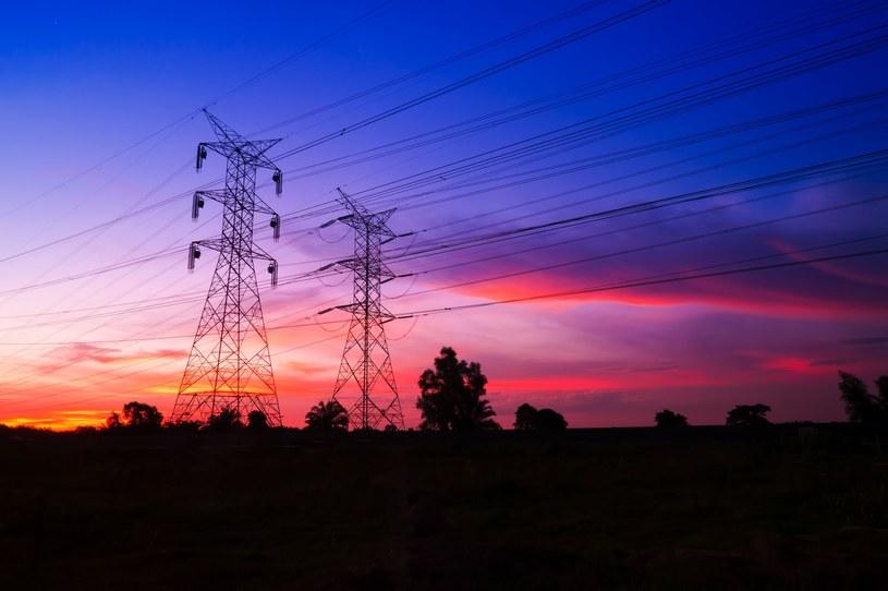 Krajowe zapotrzebowanie na prąd nie jest stałe, ma swoje doliny (np. w nocy) i szczyty. /123RF/PICSEL