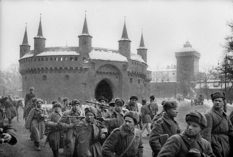 """Kraków, 1945. Wymarsz """"wyzwolicielskiej"""" Armii Czerwonej na zachód /z arch. Romualda Broniarka /Agencja FORUM"""